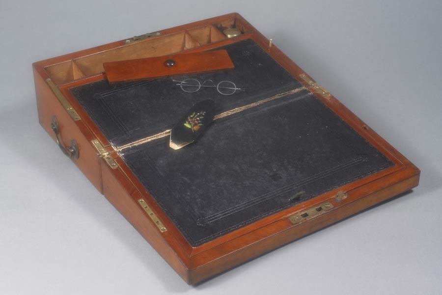 Caixa de escrever e óculos de Jane Austen